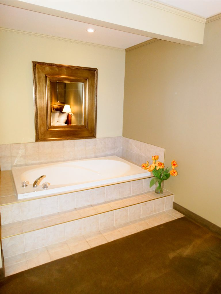 Honeymoon Suite Soaker Tub